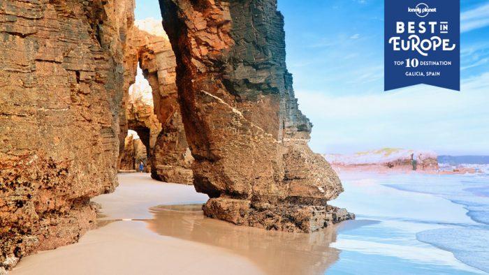 Die Praia das Catedrais ist eines von vielen Naturwundern, die sich an Galiciens Küste finden lassen © Migel / Shutterstock